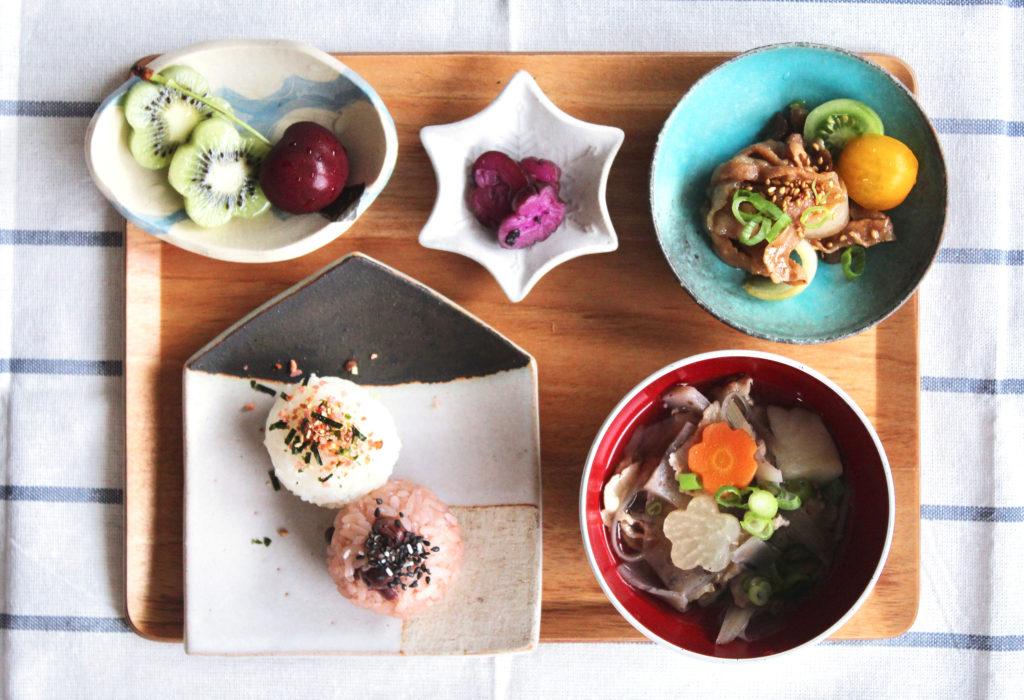 豚汁&豚バラ甘辛炒めと2色おむすびの和風おこさま定食-朝ごはんの献立と盛り付け