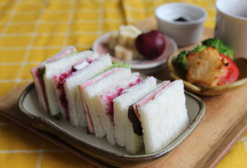 サンドウィッチ&フルーツのおこさま定食-こどもの朝ごはんの献立と盛り付け