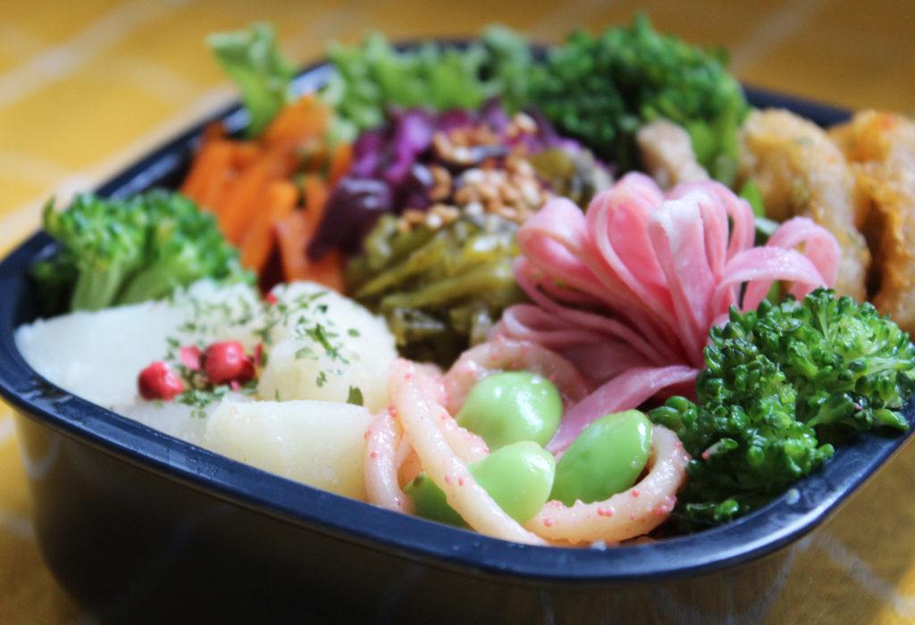 カラフルおいなりさんの可愛い幼稚園のお弁当
