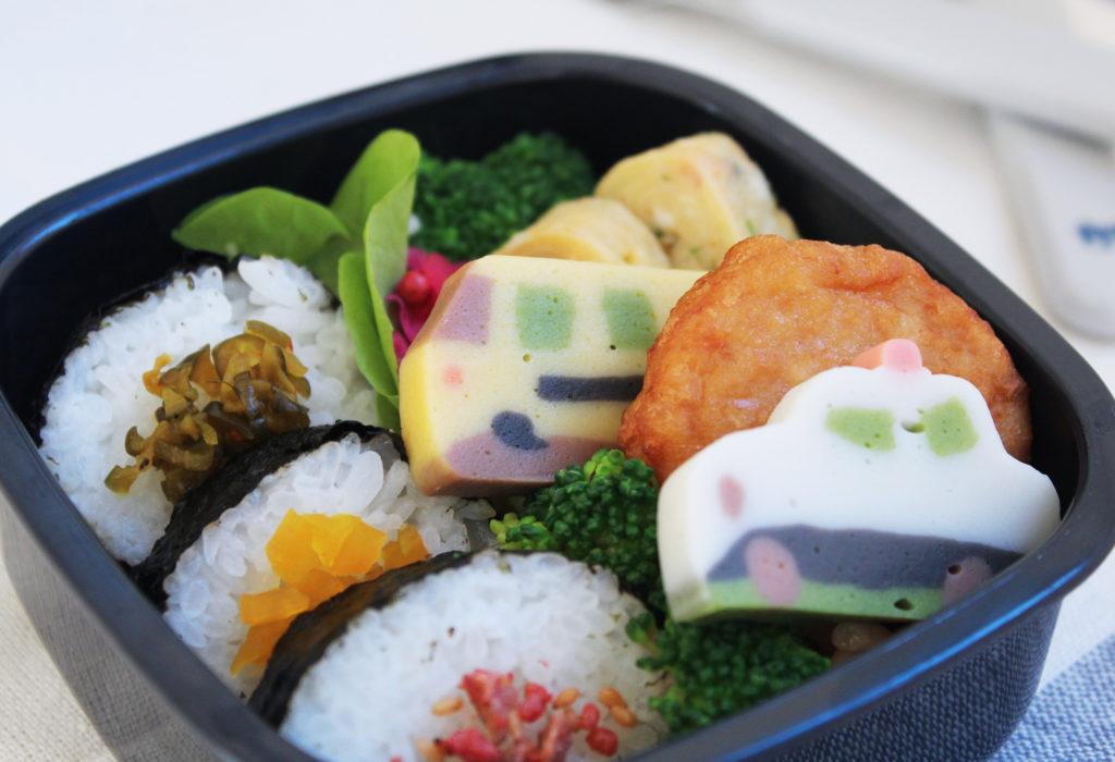 可愛いトミカのおこさま弁当 - 鈴廣コラボのトミカかまぼこ - お弁当の詰め方と盛り付けのコツ - 幼稚園年少さん