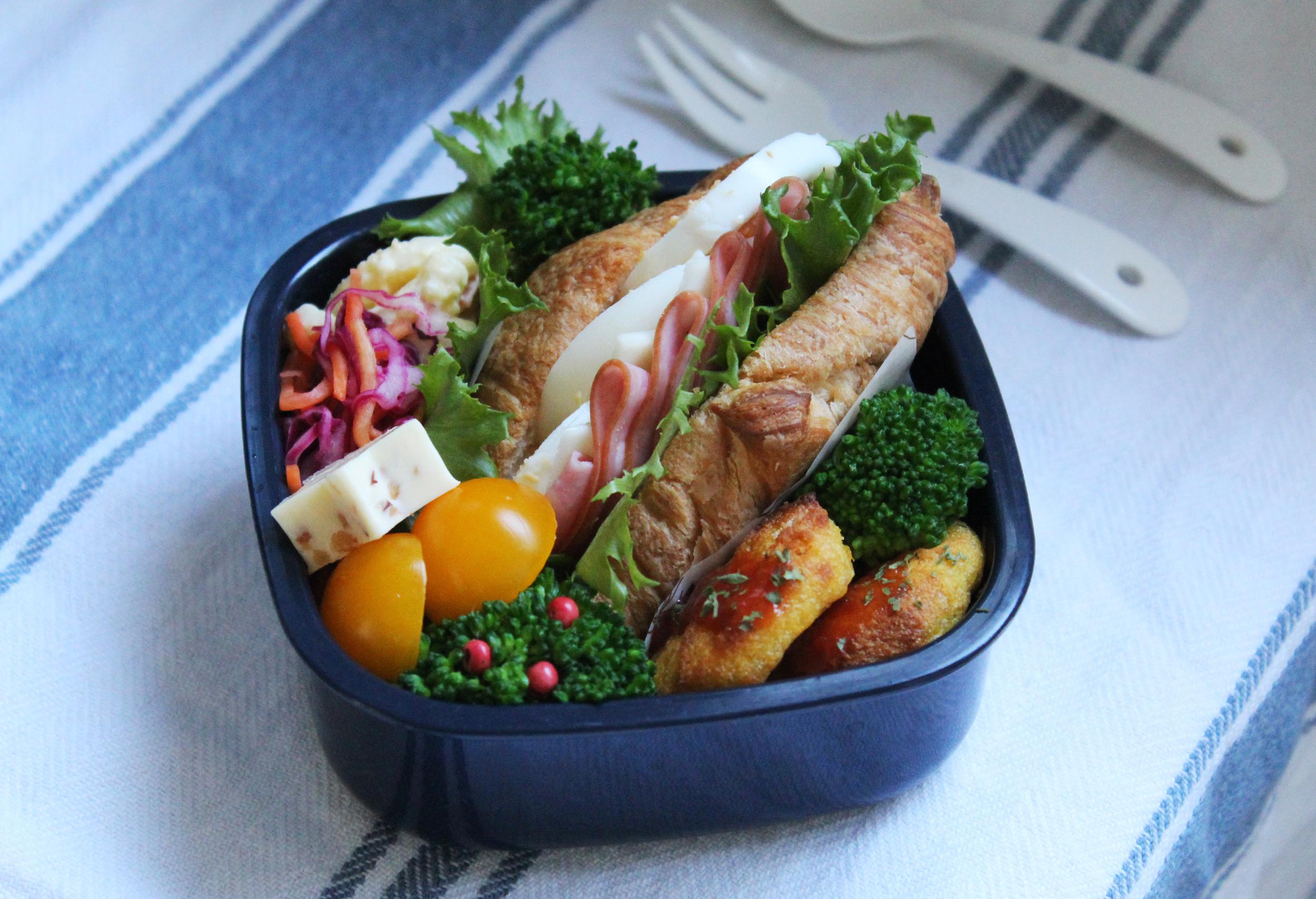 クロワッサンサンドとビアソーセージのおこさま弁当 - お弁当の詰め方と盛り付けのコツ - ピクニックにもおすすめ