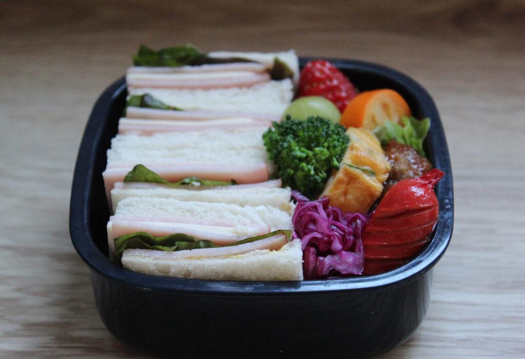 ハムチーズ&レタスのサンドウィッチ弁当 - お弁当の詰め方と盛り付けのコツ - ピクニックにもおすすめ